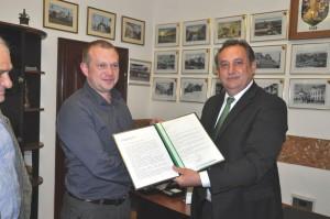 Magyar Zoltán átadja a javaslatot, a megb Polgármesternek